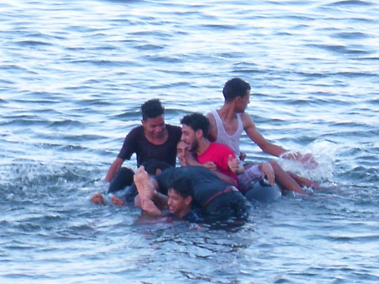 الإحتفال بالعيد في نهر النيل رغم التحذيرات .. صور