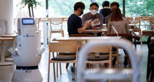 مقهي في كوريا الجنوبية يستخدم روبوت للمساعدة في تقديم المشروبات