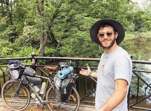 إيطالي يعبر 4 دول بدراجة ومخاوف كورونا والعدوى والطيران تجبره على السفر