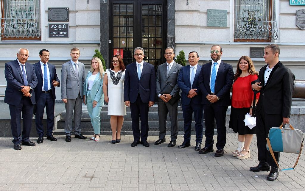 العناني يزور متحف تاريخ بيلاروسيا ومهمة رسمية تمنع لقائه بوزير الثقافة