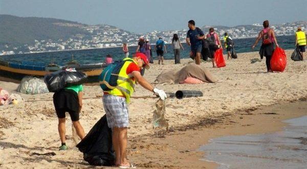 المعهد الوطني يطلق مبادرة لتنظيف الشواطئ والحد من النفايات فى تونس