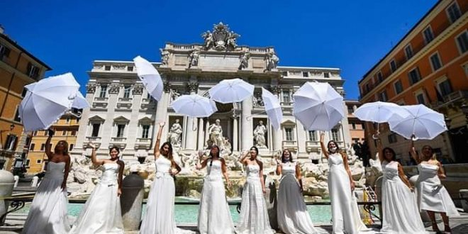مظاهرة بالمظلات والفساتين البيضاء احتجاجاً على تأجيل حفلات الزفاف بإيطاليا