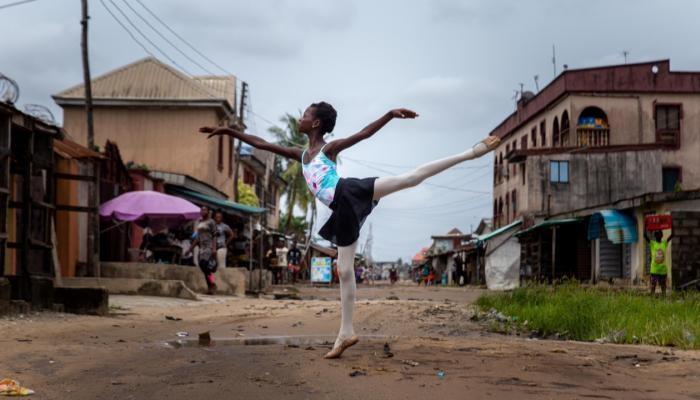 بالصور... تعليم الفقراء رقص الباليه في شوارع لاجوس مجانًا