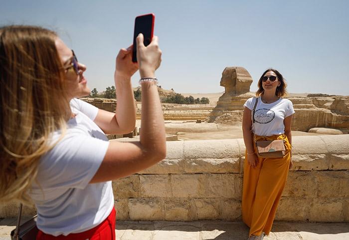 11 صورة تكشف العودة القوية للسياحة بمنطقة الأهرامات