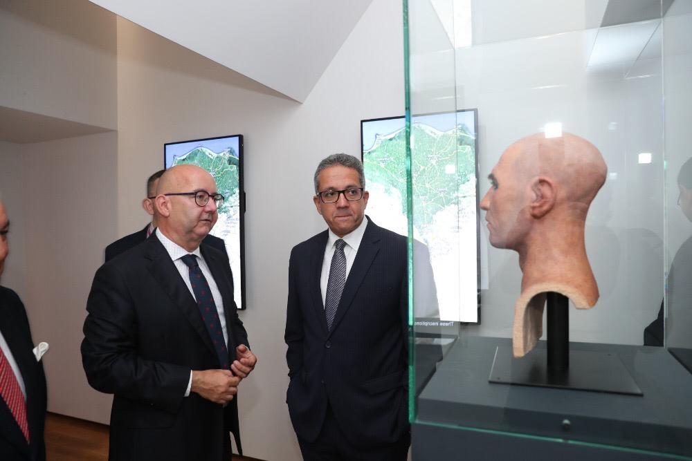 العناني يتفقد معرض ملوك الشمس بمتحف براغ القومي بالتشيك قبل افتتاحه
