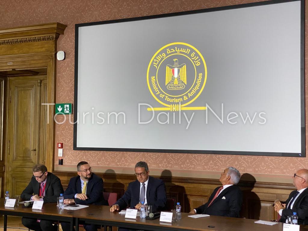 العناني يتفقد معرض ملوك الشمس بمتحف براغ القومي بالتشيك قبل افتتاحه7