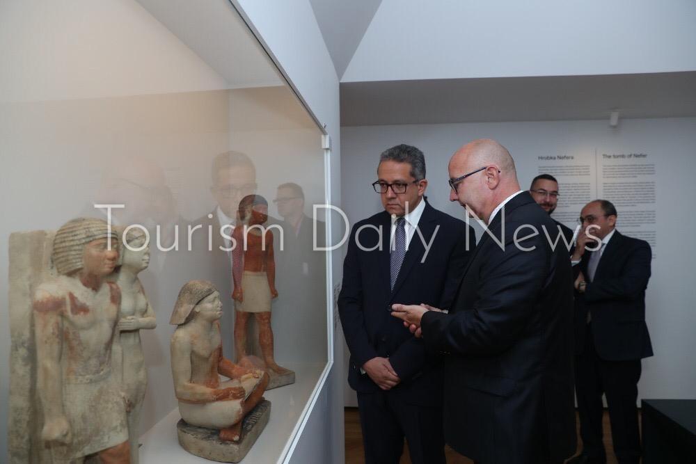 العناني يتفقد معرض ملوك الشمس بمتحف براغ القومي بالتشيك قبل افتتاحه9