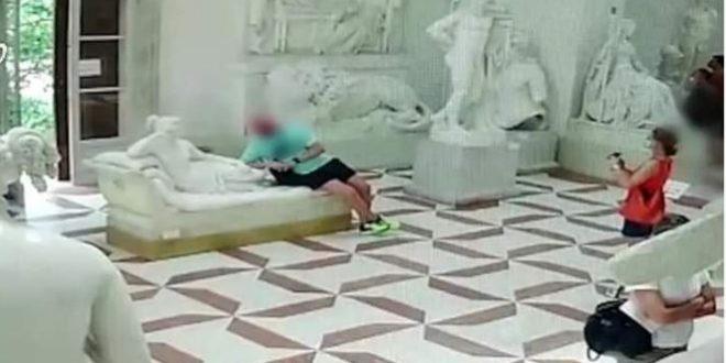 سائح نمساوي يكسر تمثالاً شهيراً من أجل صورة