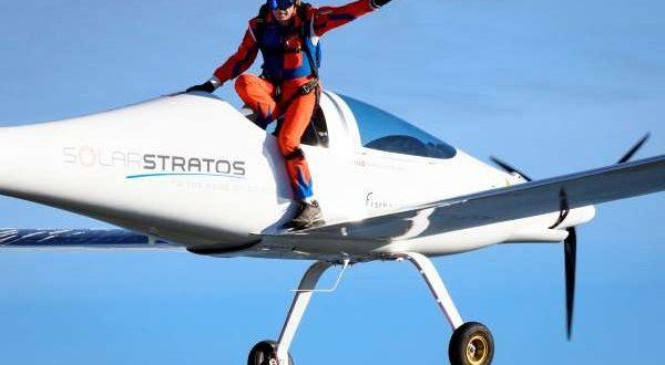 سويسرا تنفذ أول قفزة في العالم من طائرة تعمل بالطاقة الشمسية