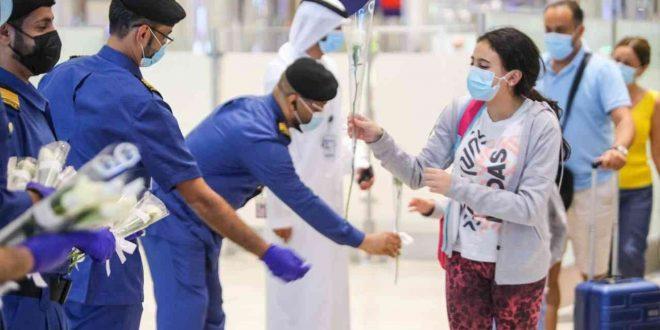 مطار دبي يستقبل اللبنانيين بالورود البيضاء