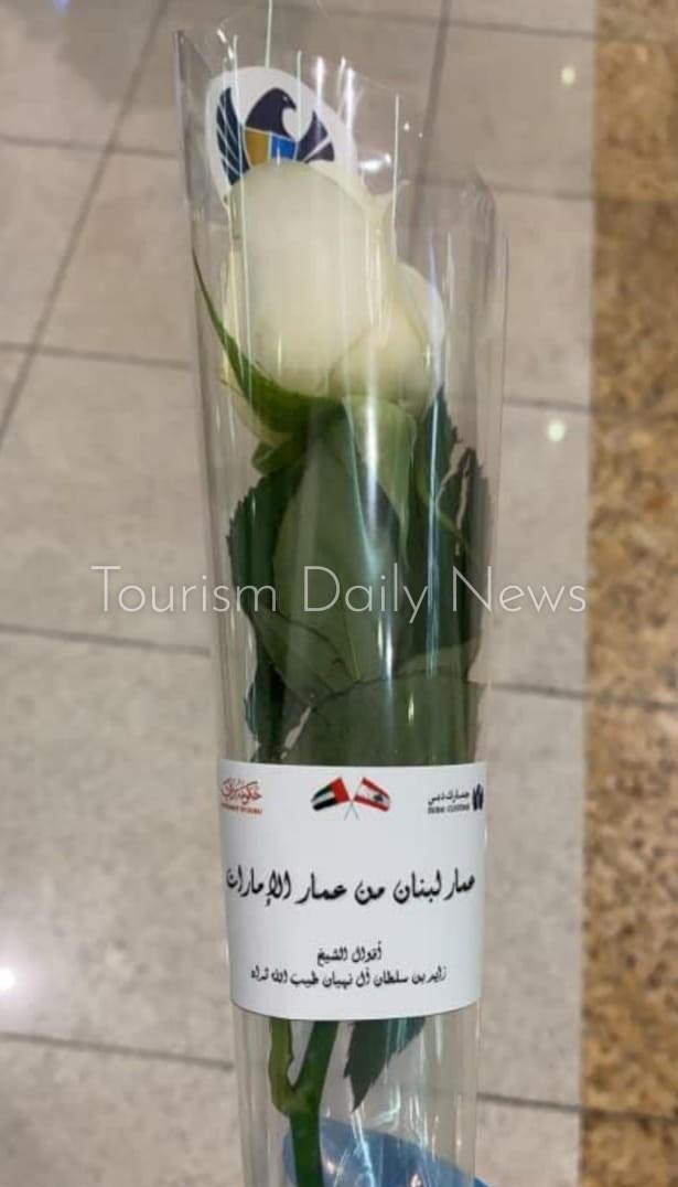 مطار دبي يستقبل اللبنانيين بالورود البيضاء والترحيب بهم بطريقة مميزة