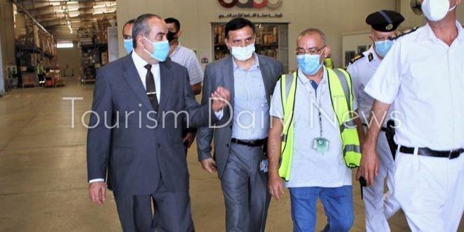 وزير الطيران يقوم بزيارة مفاجئة لقرية البضائع بمطار القاهرة.. ما السبب؟