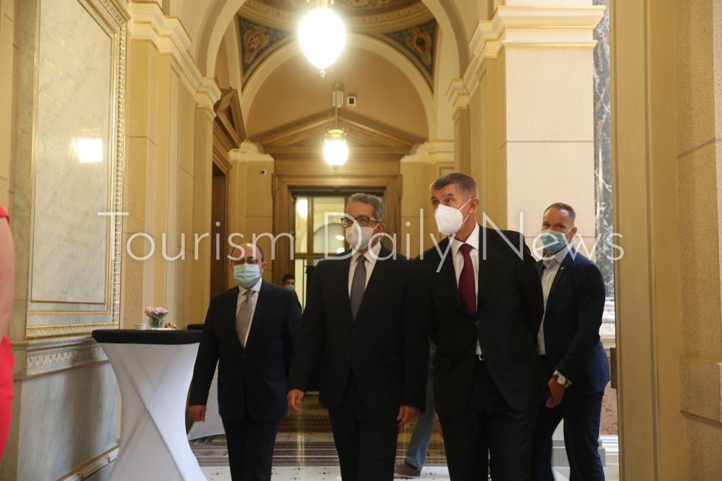 العناني ورئيس الوزراء ووزير الثقافة التشيكي يفتتحون معرض ملوك الشمس ببراغ11