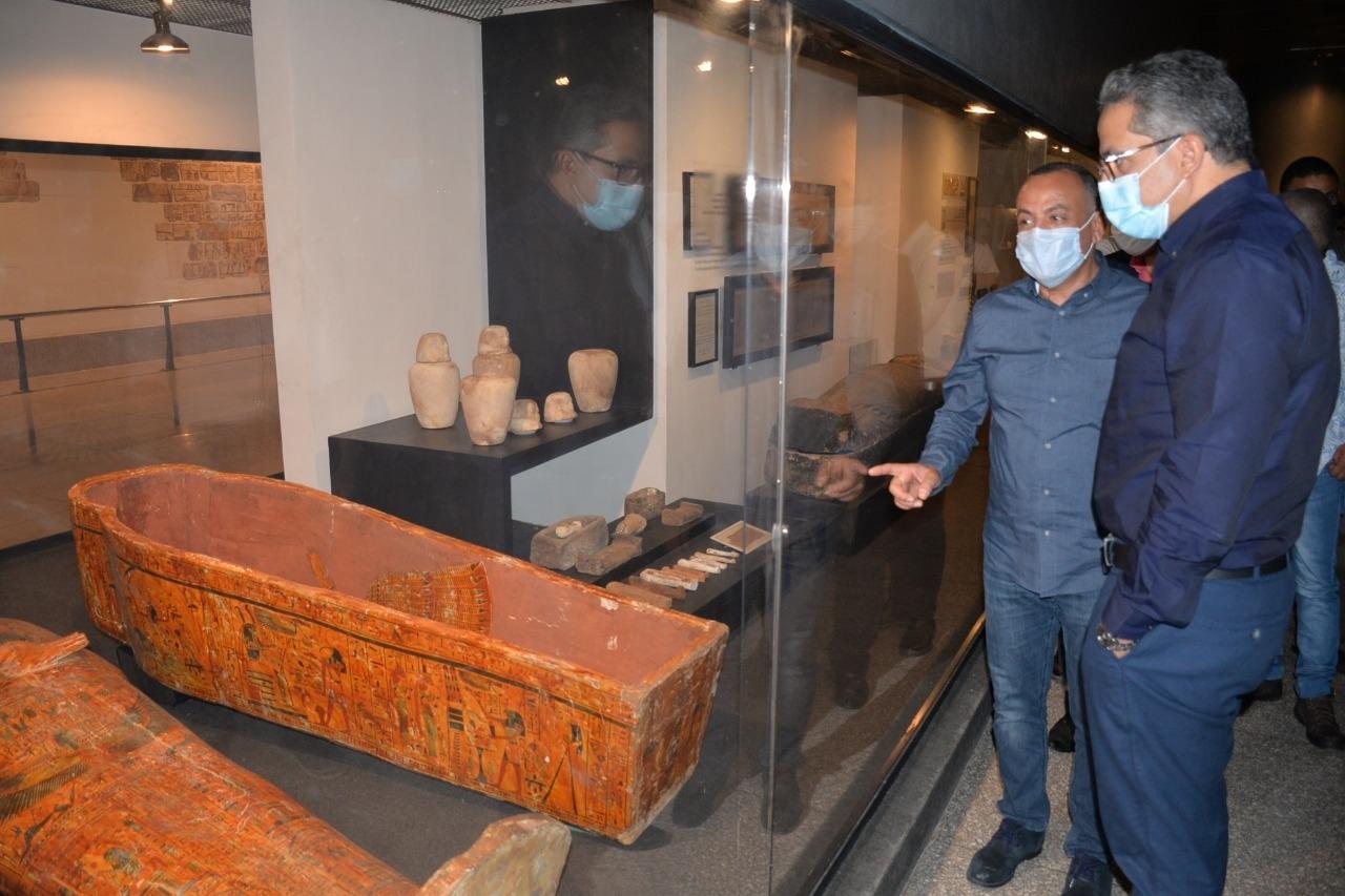 العناني يتفقد قطع آثار متحف الأقصر المنقولة منتونة الجبل والمتحف المصري3