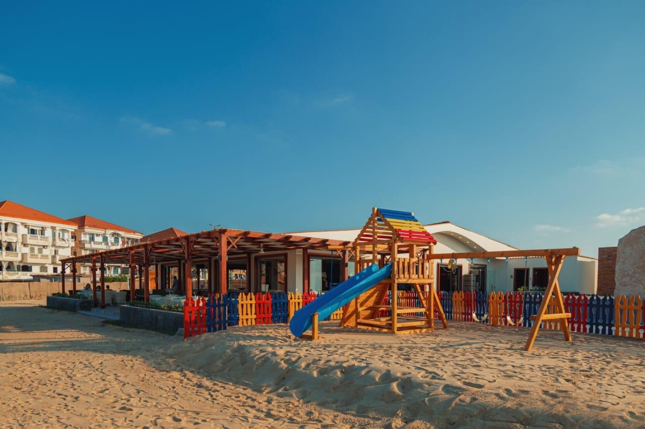قطاع الأعمال .. افتتاح المنطقة الشاطئية لفندق اللسان برأس البر بعد تطويرها4