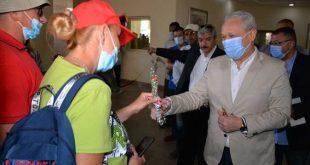 محافظ الاقصر يوزع الورود على سياح الكرنك ويتفقد ترميم 29 تمثالاً من الكباش