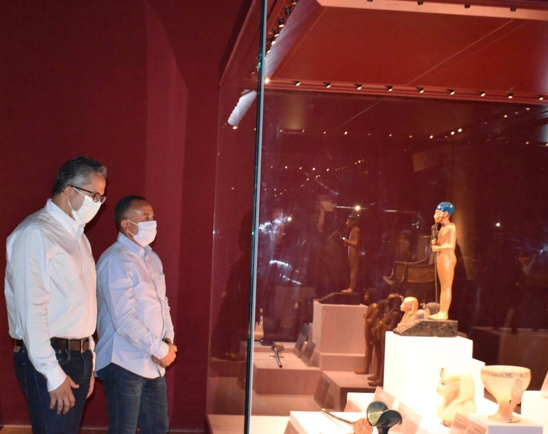 وزير السياحة والآثار يتفقد المعرض المؤقت لبعض كنوز الملك توت عنخ آمون1