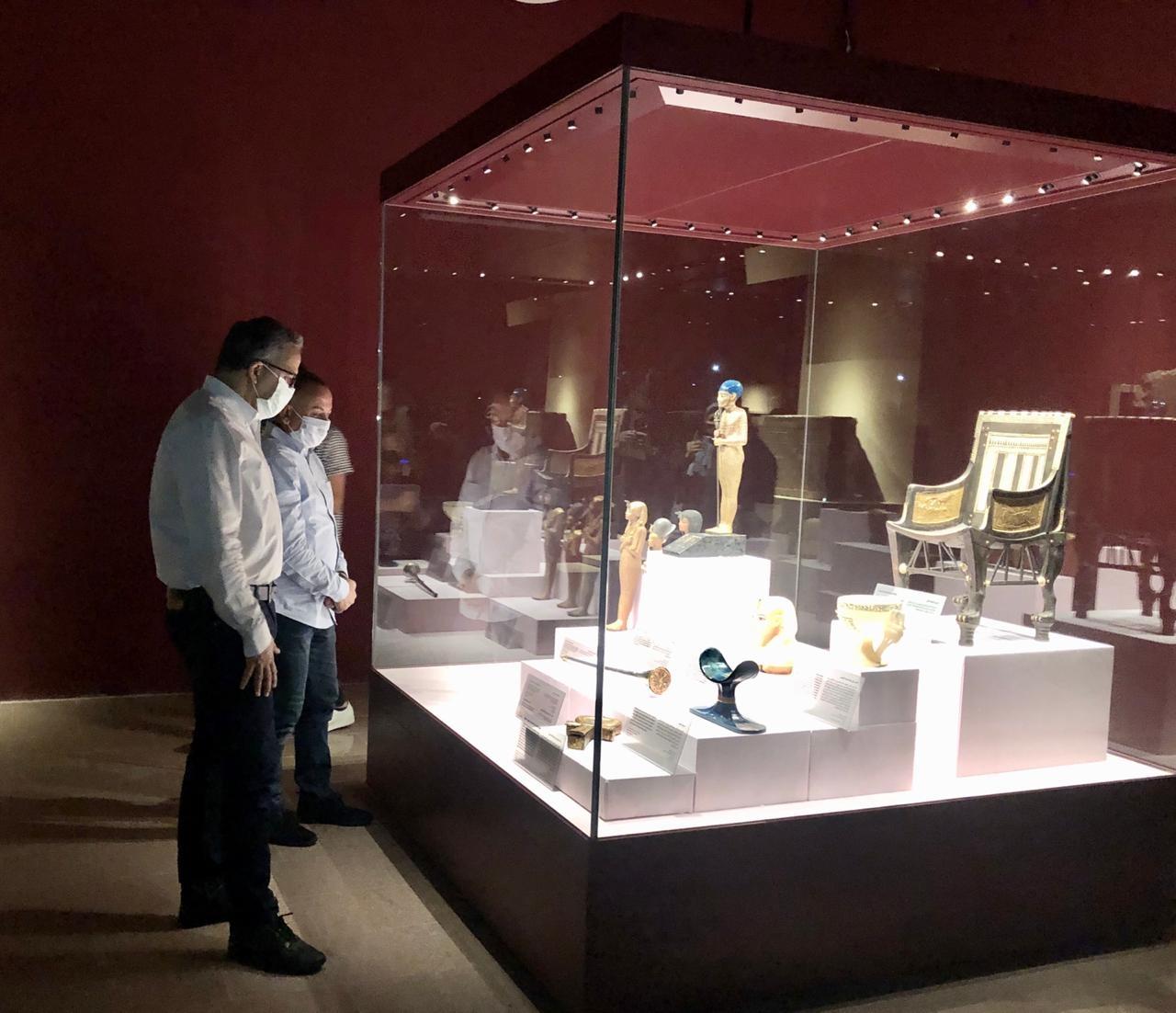 وزير السياحة والآثار يتفقد المعرض المؤقت لبعض كنوز الملك توت عنخ آمون2