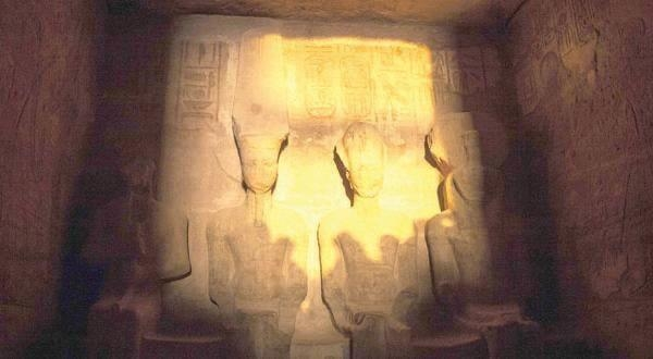 سياح العالم شاهدوا تعامد الشمس على وجه الملك رمسيس الثاني بمعبد أبو سمبل2