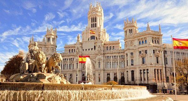 """""""جواز سفر لقاح كورونا"""" يُحيي آمال عودة السياحة البريطانية إلى إسبانيا"""