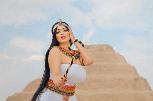 تفاصيل دخول سلمى الشیمي لهرم سقارة وخلع ملابسها وتغييرها والآثار .. اتخدعنا