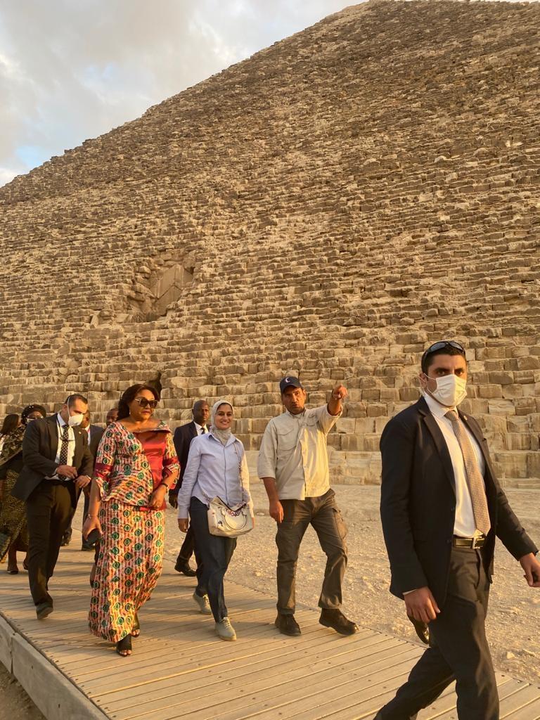 حرم رئيس الكونغو تبدى إنبهارها بقدماء المصريين خلال زيارتها للأهرامات2