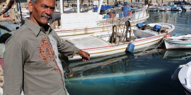 غرق 3 مراكب سياحية بسبب العواصف بميناء صيدا