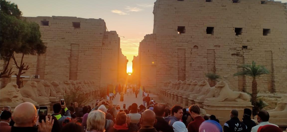 العالم شاهد تعامد الشمس على المحور الرئيسي لمعبد الكرنك صباح اليوم