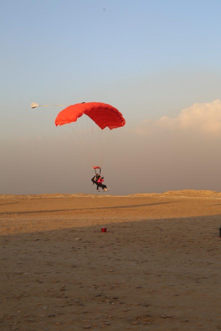 محترفون من 5 دول يقفزون بالمظلات على سفح الهرم للترويج لمعالم مصر السياحية1