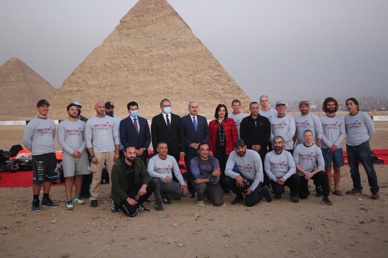محترفون من 5 دول يقفزون بالمظلات على سفح الهرم للترويج لمعالم مصر السياحية2