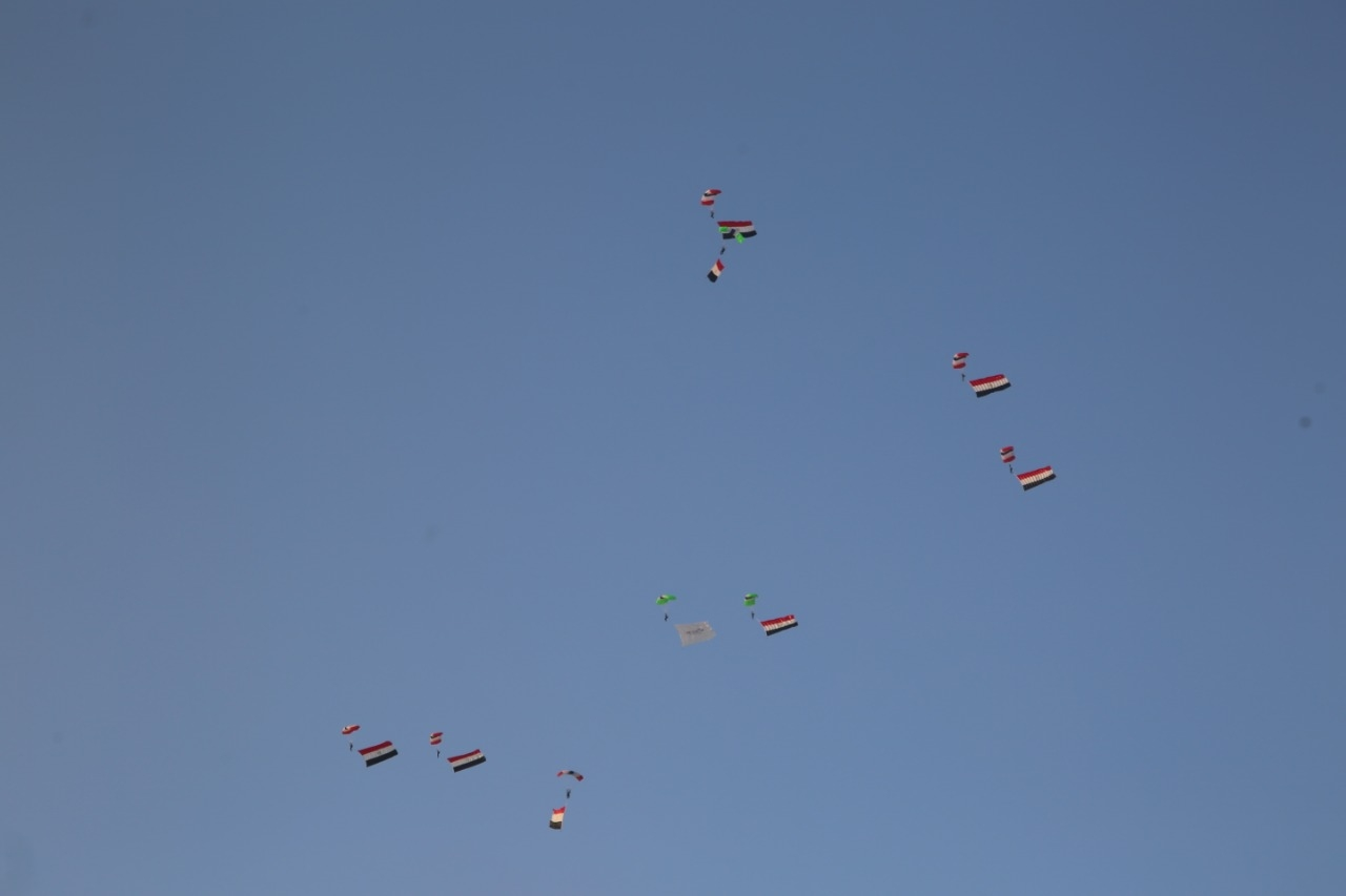 محترفون من 5 دول يقفزون بالمظلات على سفح الهرم للترويج لمعالم مصر السياحية3
