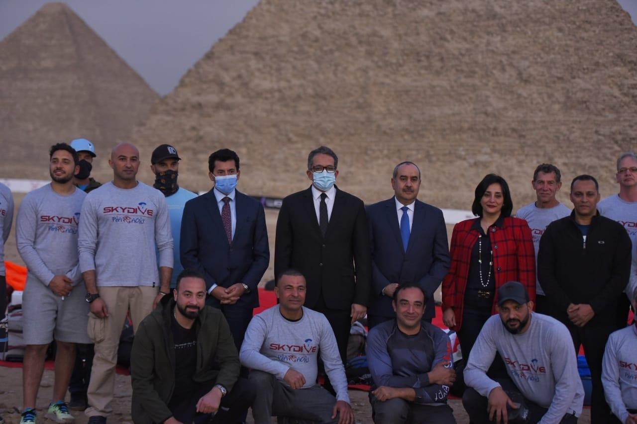 محترفون من 5 دول يقفزون بالمظلات على سفح الهرم للترويج لمعالم مصر السياحية6