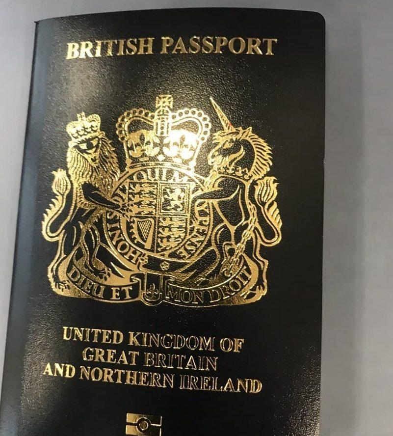 بريطانيا تصدر جواز سفر جديد باللون الأسود