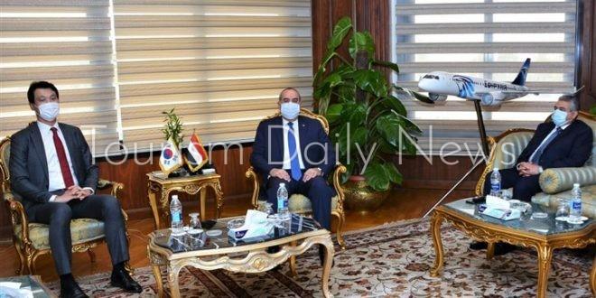 وزير الطيران يبحث مع سفير كوريا الجنوبية آليات زيادة الحركة السياحية لمصر