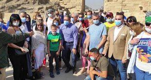 العنانى يلتقى عدداً من الأجانب خلال زيارته للأقصر .. والسياحة الداخلية 74%