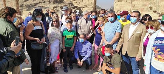 العنانى يلتقى عدداً من الأجانب خلال زيارته للأقصر .. والسياحة الداخلية 74%1