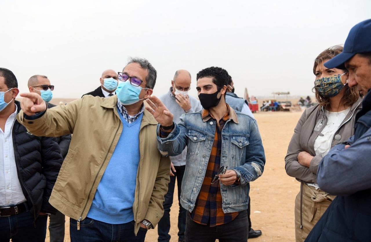 برفقة العناني ومكرم .. مينا مسعود سفير مبادرة اتكلم عربي يزور الأهرامات
