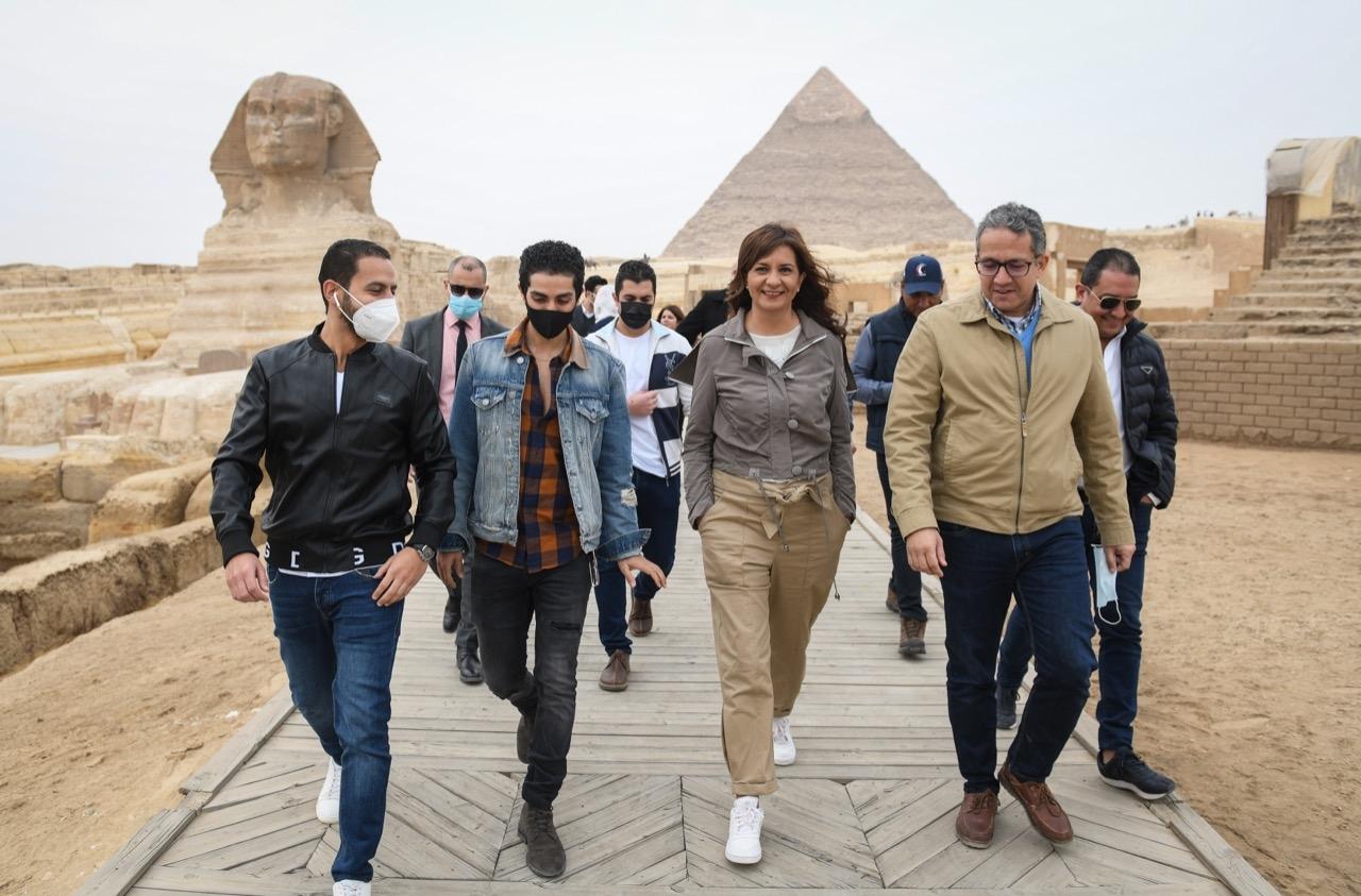 برفقة العناني ومكرم .. مينا مسعود سفير مبادرة اتكلم عربي يزور الأهرامات4