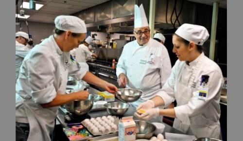 الغرف السياحية تبدأ تنفيذ برنامج مبادئ فنون الطهى بمركز تدريب طيبة بالأقصر