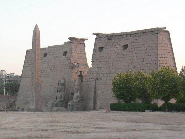 بالفيديو ..وزيرا السياحة والطيران يتفقدان أعمال التطوير بمعبد الأقصر1