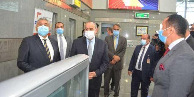 وزير الطيران المدني يتابع حركة السفر بمطار الغردقة ويلتقى بالمستثمرين