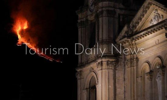 بركان إتنا يغلق مطار كاتانيا بإيطاليا وتعليق الطيران على ساحل صقلية الشرقي