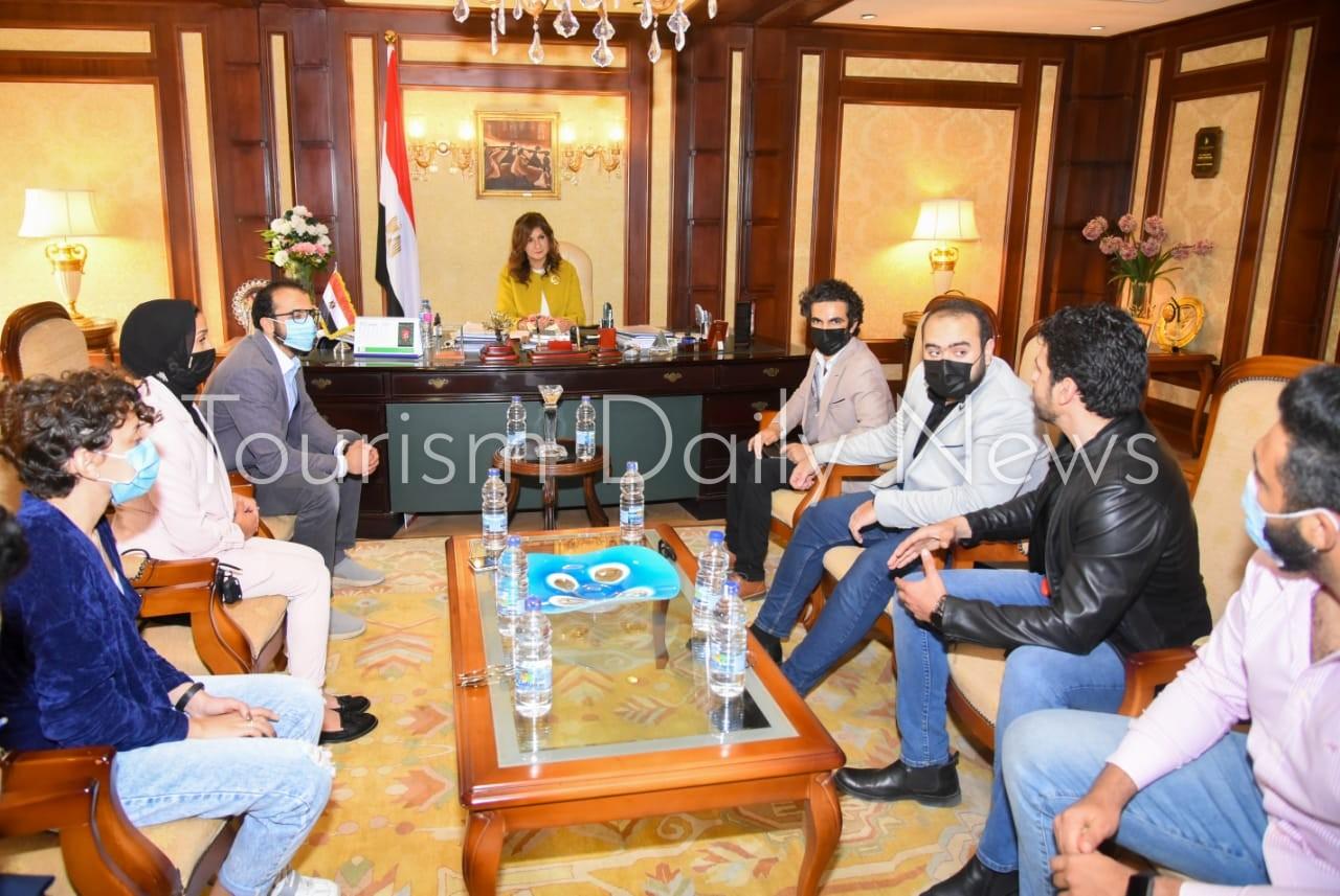 السفيرة نبيلة مكرم عبدالشهيد وزيرة الهجرة وشئون المصريين بالخارج خلال لقائها مغ المؤثرين المصريين