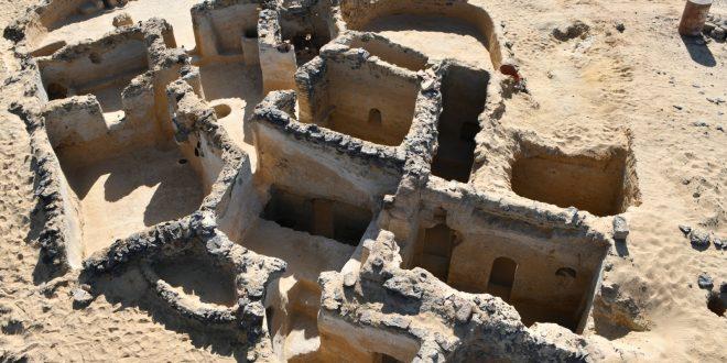 الكشف عن 19 حجرة منحوتة فى الصخر وكنيسة بها كتابات بالمداد الاصفر