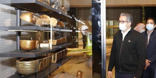 وزير السياحة والآثار يتفقد معرض كنوز الملك توت عنخ آمون بمتحف الغردقة