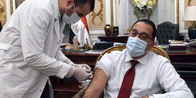 مصطفي مدبولي يتلقى اللقاح المضاد لفيروس كورونا ويشيد بالأطقم الطبية