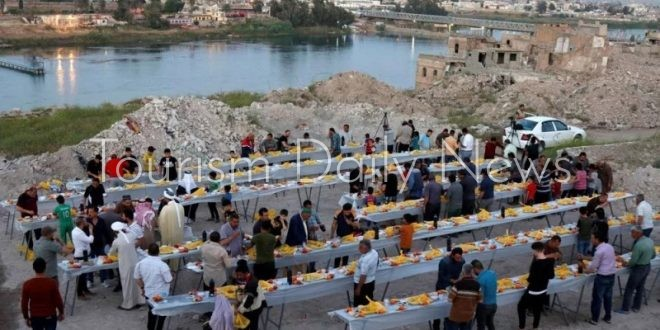 موائد رمضان تكسر حصار كورونا بالعراق ودمار المدن لم يمنع الأهالي من الخروج