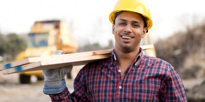 انخفاض أعداد العاملين الأجانب بالقطاعين الحكومي والعام في 2020 بنسبة 15.6٪