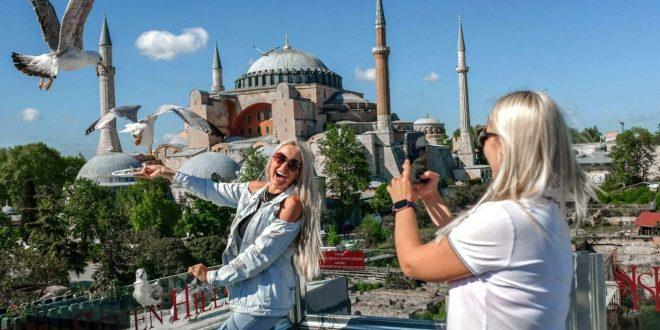 غضب تركي من إعلان ترويجي سياحي أظهر خدمة سياح دون أقنعة بفنادق على الساحل