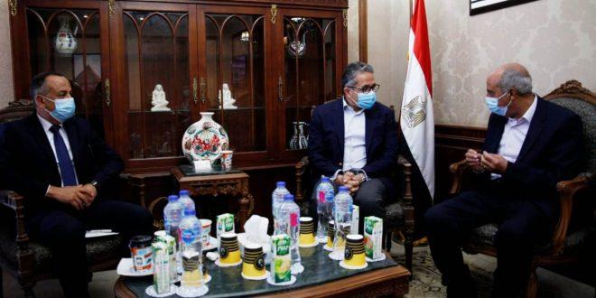 وزير السياحة يستقبل المواطن الذي عثر على لوحة أثرية داخل أرضه بالإسماعيلية